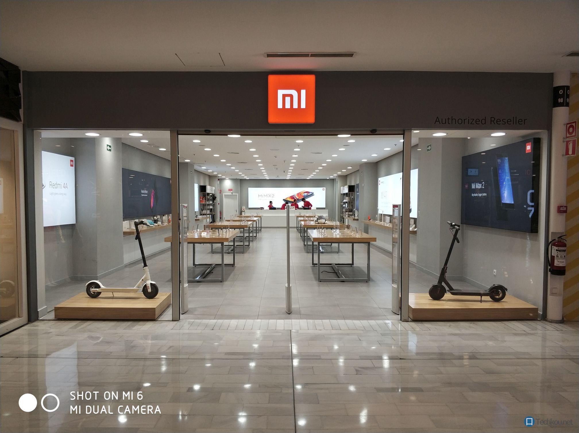 xiaomi shop in madrid eingang mit logo