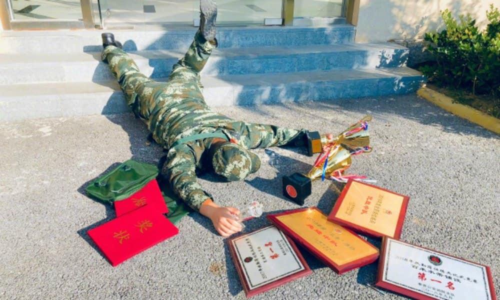 falling stars challenge eines chinesischen soldaten mit Auszeichnungen