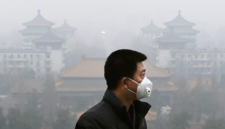 mann träägt atemschutzmaske in china luftverschmutzung