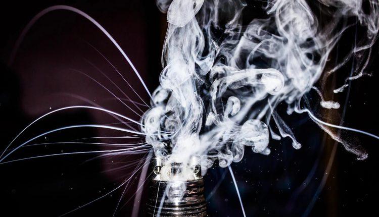 e-zigarette qualmende coil stock bild